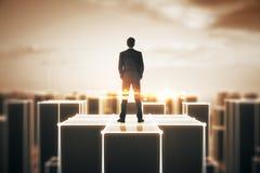 Uomo su costruzione ambrata astratta Fotografia Stock Libera da Diritti