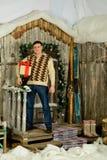 Uomo su fondo del portico Fotografia Stock Libera da Diritti