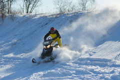 Uomo su gatto delle nevi in montagna di inverno Fotografia Stock Libera da Diritti