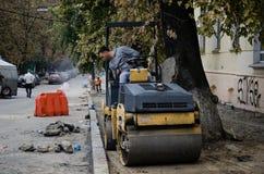 Uomo su un bulldozer immagini stock libere da diritti