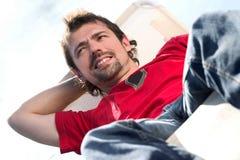 Uomo su un deckchair Fotografia Stock