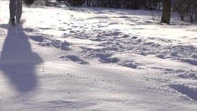 Uomo su un funzionamento nell'inverno stock footage