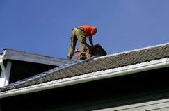 Uomo su un tetto Fotografie Stock