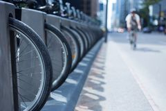 Uomo su una bici che guida giù una via della città a Toronto vicino ad una bici r fotografie stock libere da diritti