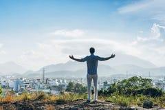 Uomo su una cima di una collina Fotografia Stock Libera da Diritti