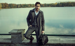 Uomo su una parete accanto ad un lago Immagine Stock Libera da Diritti