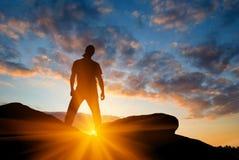 Uomo su una parte superiore della montagna Fotografia Stock Libera da Diritti