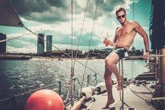 Uomo su una regata Fotografia Stock Libera da Diritti