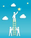 Uomo su una scala che raggiunge per una stella Supporto, lavoro di squadra e successo Concep Immagine Stock