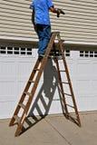 Uomo su una scala a libretto Immagine Stock Libera da Diritti