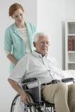 Uomo su una sedia a rotelle fotografia stock libera da diritti