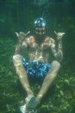 Uomo subacqueo nel raggruppamento fotografia stock