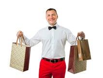 Uomo sui sacchetti della spesa della tenuta di vendita immagini stock