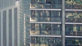 Uomo sul balcone dell'appartamento della città video d archivio