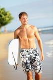 Uomo sul bodyboard praticante il surfing del corpo della tenuta della spiaggia fotografia stock libera da diritti