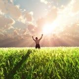 Uomo sul campo di frumento ad alba Fotografia Stock