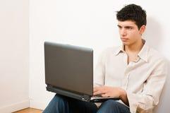 Uomo sul computer portatile Fotografia Stock Libera da Diritti