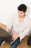 Uomo sul computer portatile Immagini Stock Libere da Diritti
