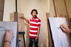 Uomo sul lavoro come insegnante In Art School With Students Immagini Stock Libere da Diritti