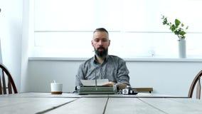 Uomo sul lavoro in ufficio video d archivio