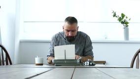 Uomo sul lavoro in ufficio stock footage