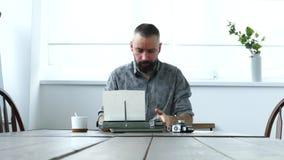 Uomo sul lavoro in ufficio archivi video