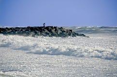 Uomo sul molo della roccia durante la tempesta Immagini Stock