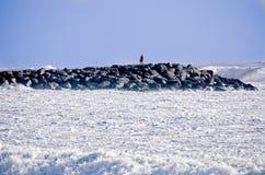 Uomo sul molo della roccia durante la tempesta Fotografie Stock Libere da Diritti