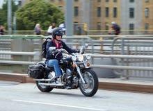 Uomo sul motociclo a Stoccolma immagine stock libera da diritti