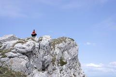 Uomo sul picco di montagne immagini stock libere da diritti