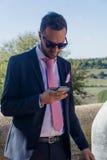 Uomo sul suo telefono Immagine Stock Libera da Diritti