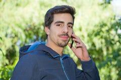 Uomo sul telefono fotografie stock libere da diritti