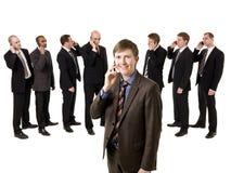 Uomo sul telefono davanti alla sua squadra Fotografie Stock Libere da Diritti
