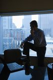Uomo sul telefono dell'ufficio Immagini Stock Libere da Diritti
