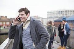 Uomo sul telefono nella città Fotografia Stock Libera da Diritti