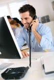 Uomo sul telefono in ufficio Fotografie Stock Libere da Diritti