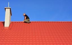 Uomo sul tetto Immagini Stock
