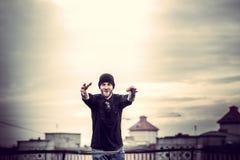 Uomo sul tetto di alta costruzione Fotografie Stock