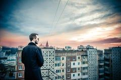 Uomo sul tetto di alta costruzione Immagine Stock Libera da Diritti