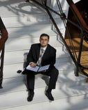 Uomo sull'scale. Pensieri dell'ufficio Fotografie Stock Libere da Diritti