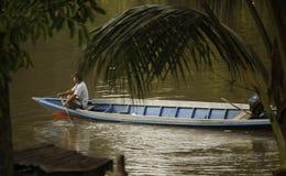 Uomo sulla barca fotografie stock libere da diritti