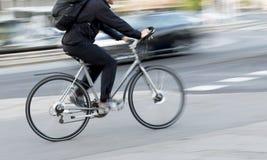Uomo sulla bici colorata argento Fotografie Stock