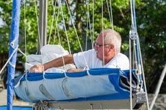 Uomo sulla piattaforma di barca Immagine Stock Libera da Diritti