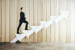 Uomo sulla scala astratta della freccia Fotografie Stock