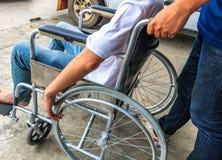 Uomo sulla sedia a rotelle fotografia stock