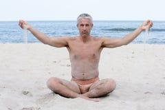 Uomo sulla spiaggia Immagini Stock