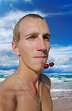 Uomo sulla spiaggia. Immagine Stock