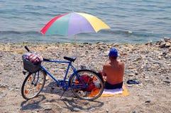 Uomo sulla spiaggia Fotografia Stock