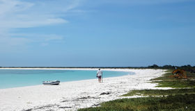 Uomo sulla spiaggia bianca della sabbia Fotografie Stock Libere da Diritti