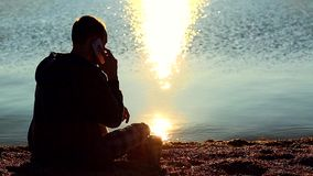 Uomo sulla spiaggia che parla sul telefono cellulare archivi video
